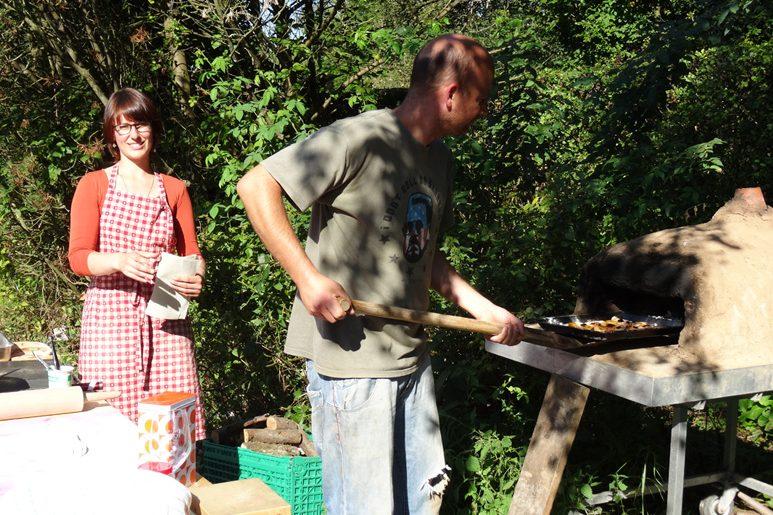 Gärtnern macht hungrig und daher gibt es so manche Köstlichkeit aus unserem Lehmofen.